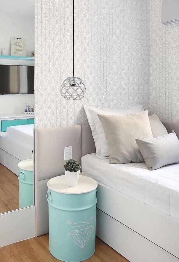 papel de parede branco para quarto feminino decorado com tonel decorativo azul tiffany Foto Pinterest