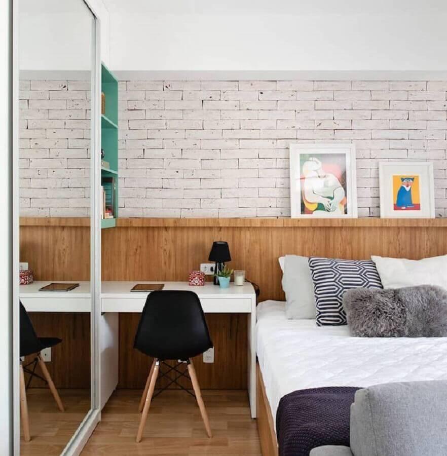 papel de parede tijolinho branco para quarto de casal planejado com cabeceira de madeira Foto Ambienta Arquitetura