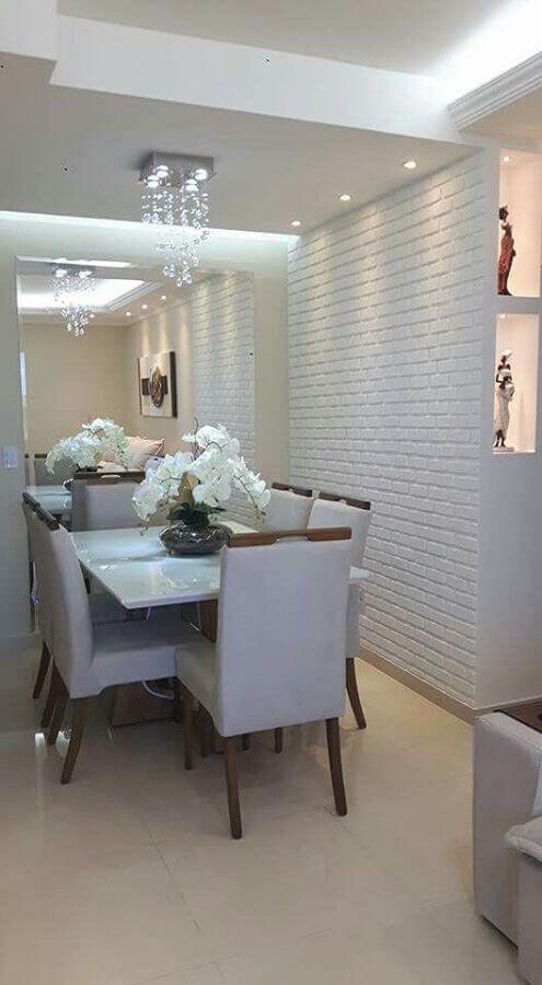 papel de parede tijolinho branco para sala de jantar com espelho grande e lustre de cristal Foto Manual da Obra