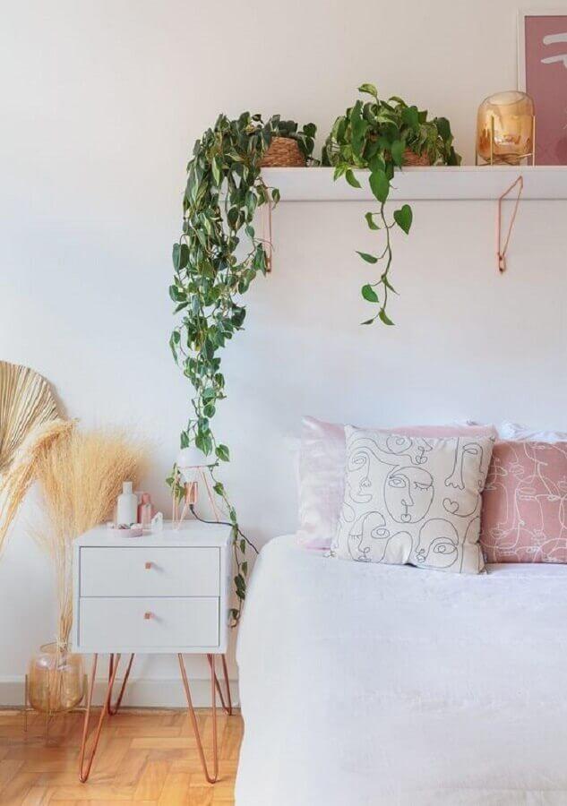 parede branca de quarto decorada com plantas em prateleiras Foto Histórias de Casa