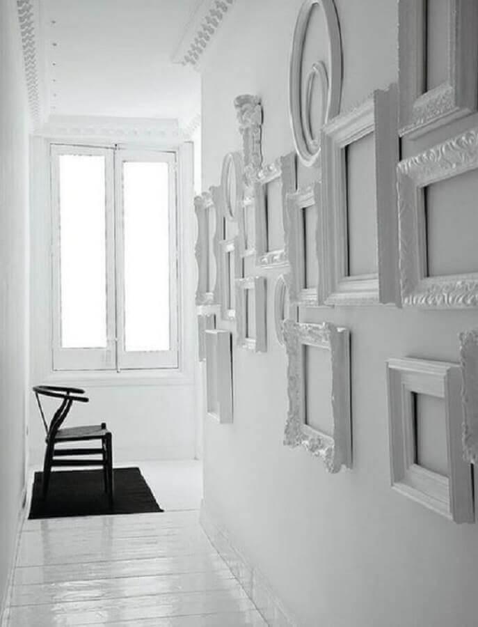 parede branca decorada com moldura de quadros branca Foto Pinterest