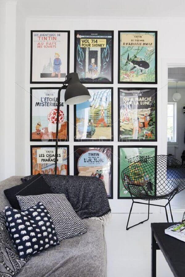 parede branca decorada com vários quadros Foto MdeMulher