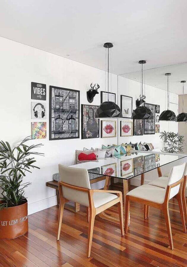 parede branca decorada com vários quadros para sala de jantar Foto Jeito de Casa