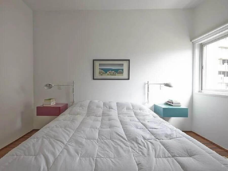 parede branca para quarto minimalista decorado com criado mudo suspenso azul e rosa Foto Sub Estúdio