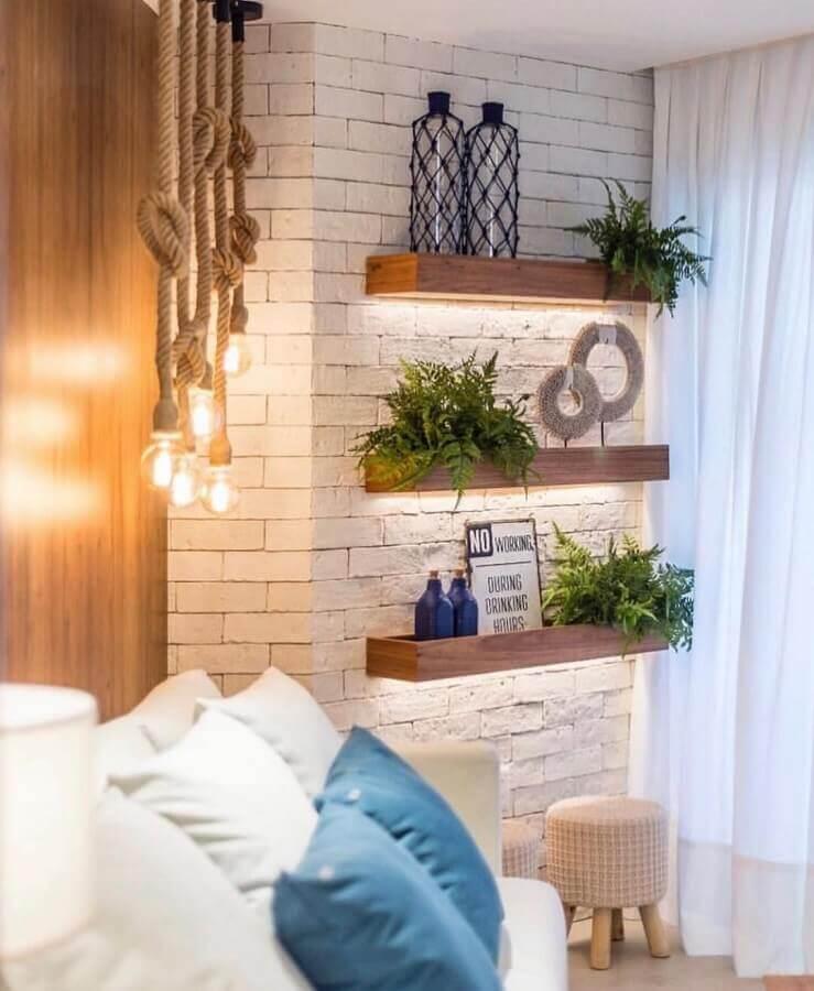 parede de tijolinho branco decorada com prateleiras de madeira com iluminação embutida Foto We Heart It