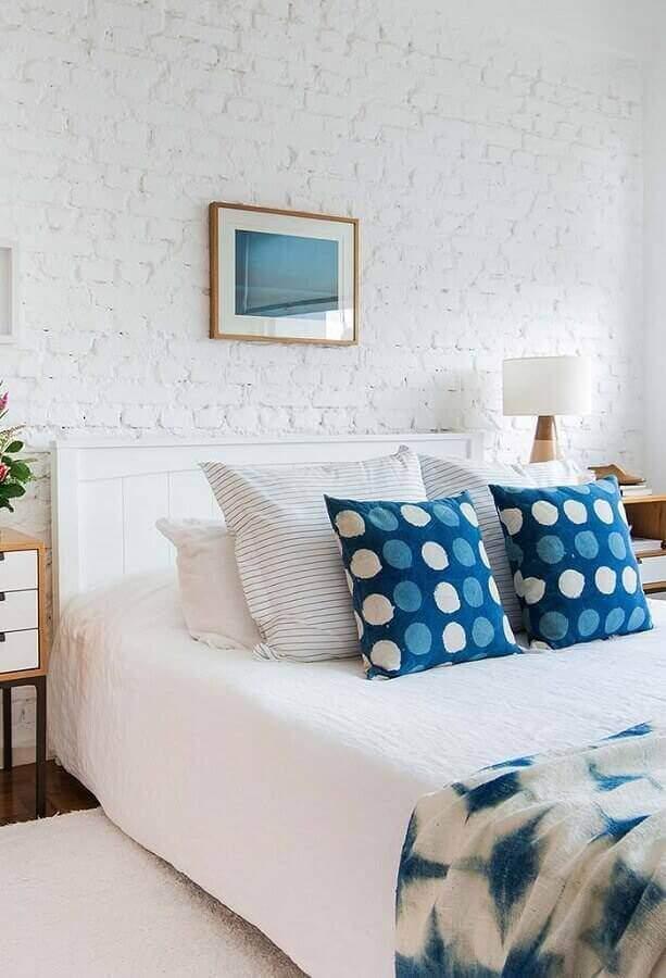 parede de tijolinho branco para decoração de quarto de casal azul e branco Foto iFuun