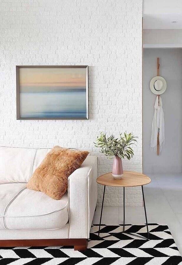 parede de tijolinho branco para decoração de sala com tapete preto e branco Foto Apartment Therapy