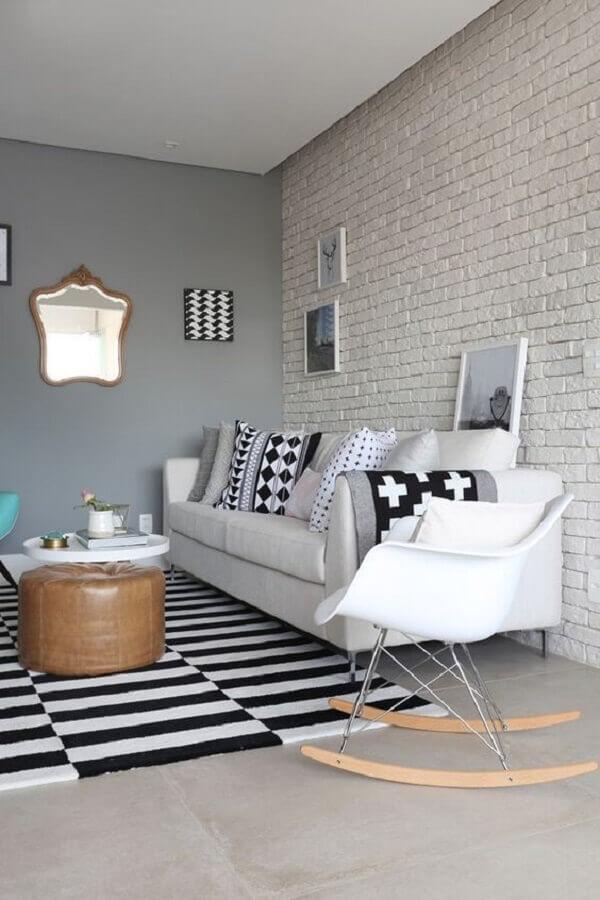 parede de tijolinho branco para sala de estar decorada com sofá branco e tapete listrado Foto Futurist Architecture