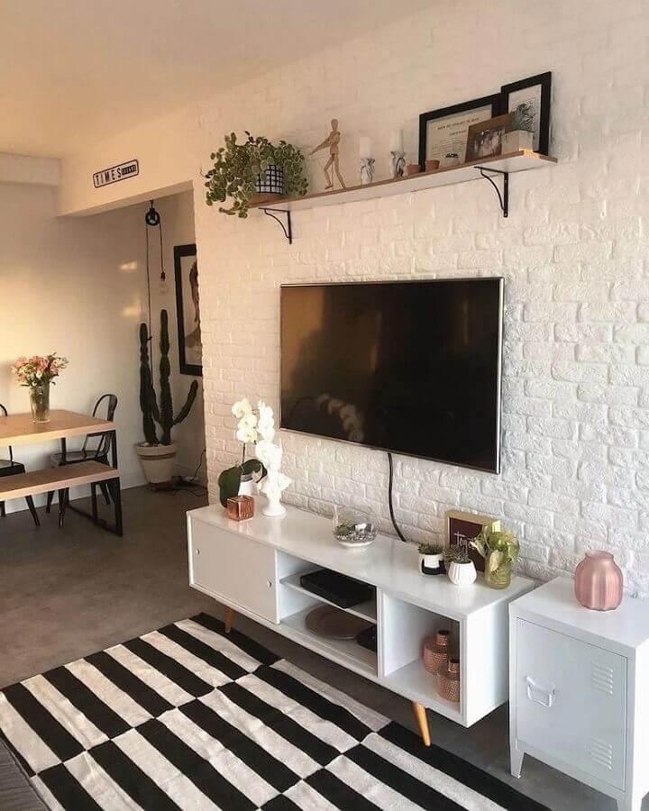 parede de tijolinho branco para sala decorada com rack retrô e tapete preto e branco Foto Pinterest