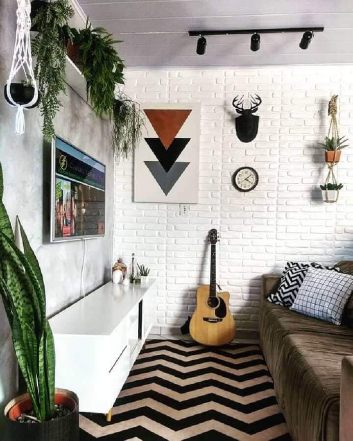 parede de tijolinho branco para sala pequena com tapete preto e branco Foto Jeito de Casa