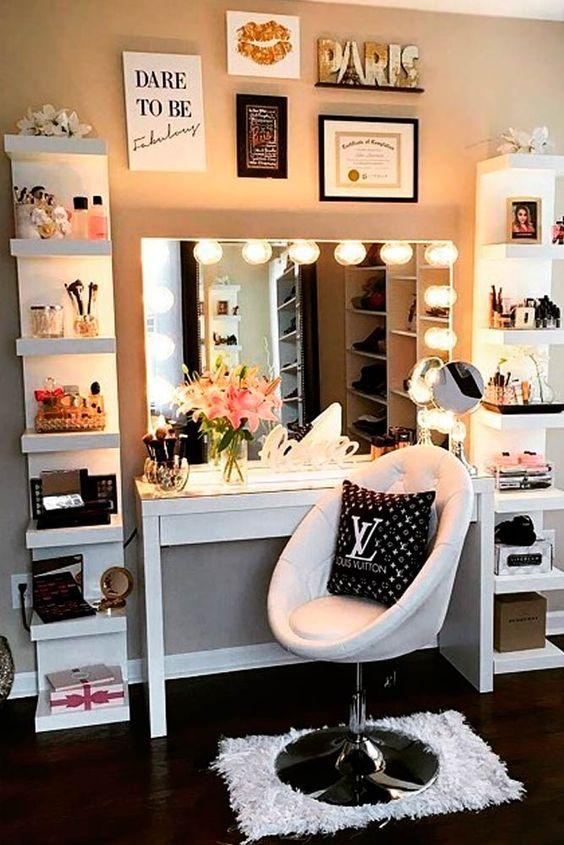 Cantinho de maquiagem com espelho camarim e organizadores