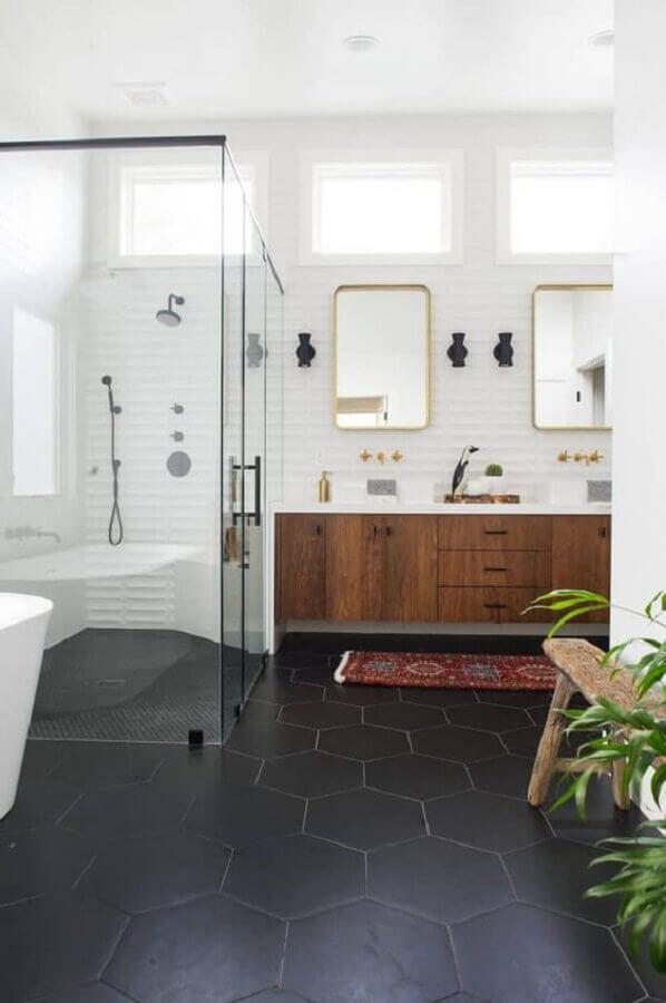 piso de revestimento hexagonal preto para decoração de banheiro amplo com gabinete de madeira  Foto Apartment Therapy