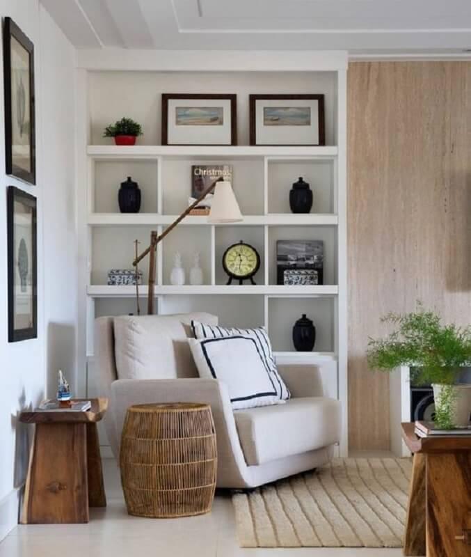 poltrona confortável para decoração de sala planejada com estante de nichos e luminária para leitura noturna Foto Apartment Therapy