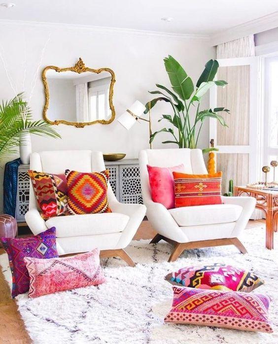 Sala retrô com almofadas coloridas