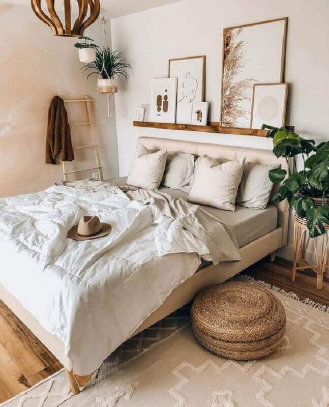 prateleira de madeira para quadros para decoração de quarto com estilo boho Foto Puredown