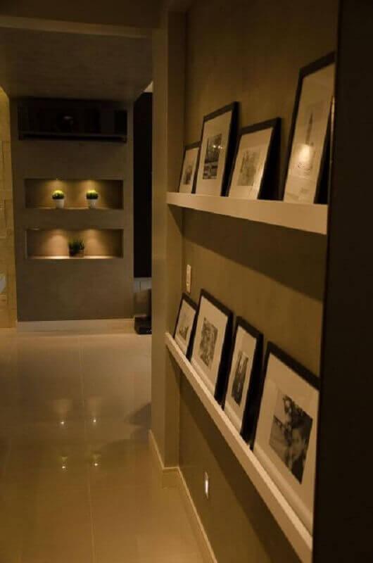 prateleira para quadros para corredor Foto Pinterest
