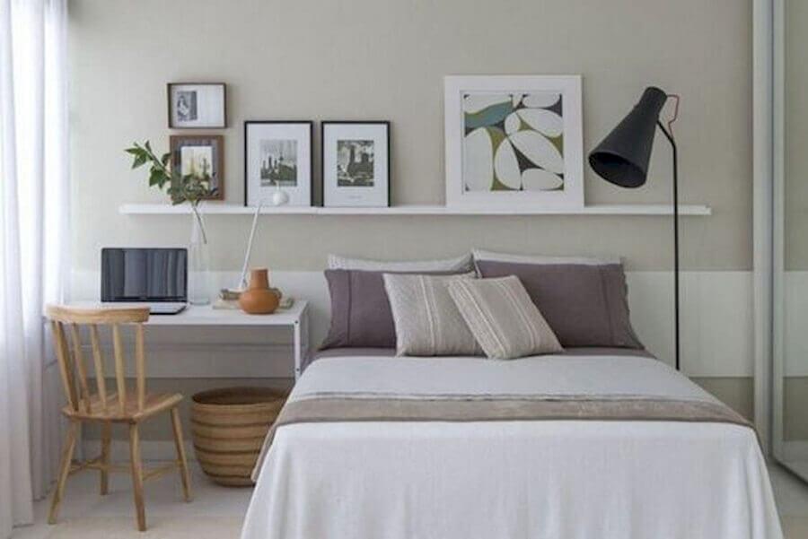 prateleira para quadros para decoração de quarto de casal com escrivaninha pequena Foto Eu Decoro