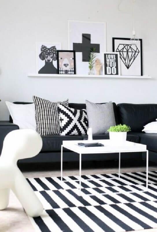 prateleira para quadros para sala com tapete listrado e sofá preto Foto Pinterest