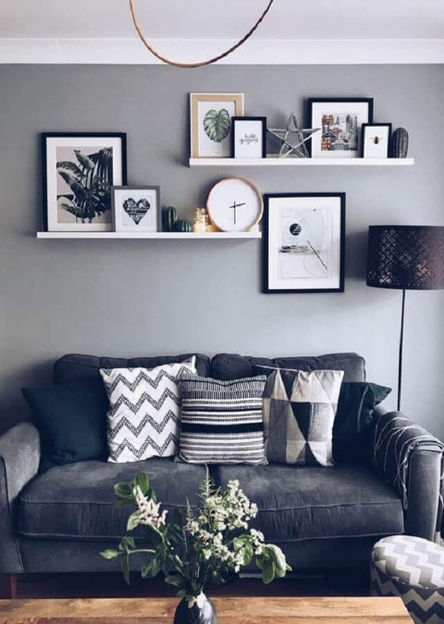 prateleira para quadros sala cinza simples Foto Pinterest