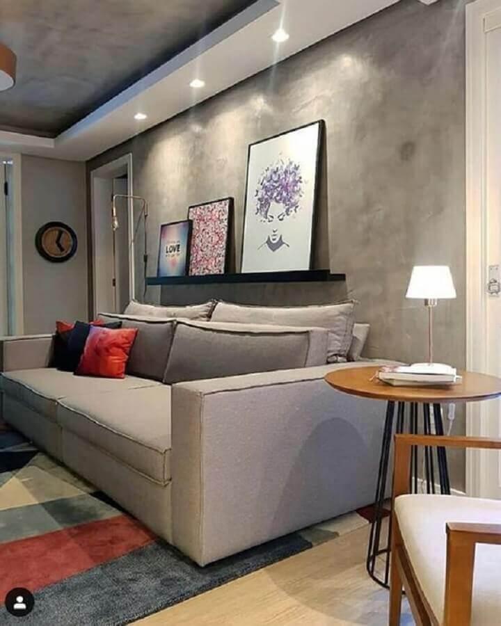 prateleira para quadros sala de estar moderna decorada com parede de cimento queimado Foto Comprando meu Apê