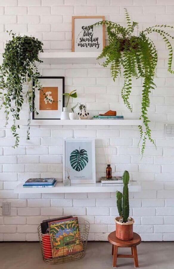 prateleiras decoradas para parede de tijolinho branco Foto Apartment Therapy