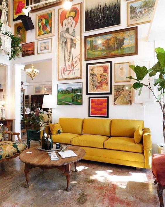Quadros para sala retrô com sofá amarelo