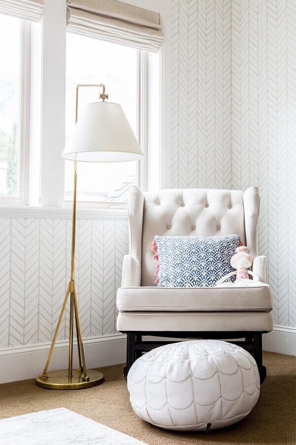 quarto de bebê decorado com papel de parede branco Foto Home Fashion Trend