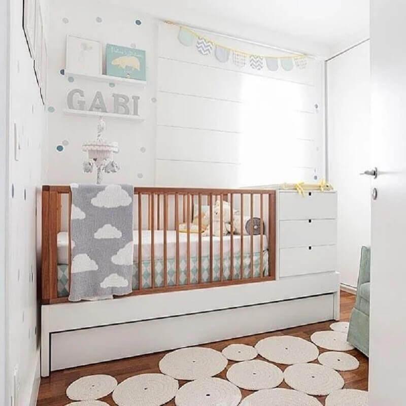 quarto de bebê decorado com papel de parede branco com bolinhas cinza e azul Foto Pinterest