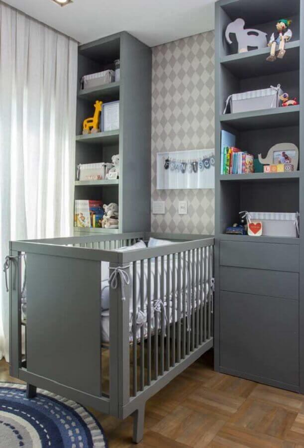 quarto de bebê sob medida cinza com papel de parede de balãozinho Foto Ideias Decor