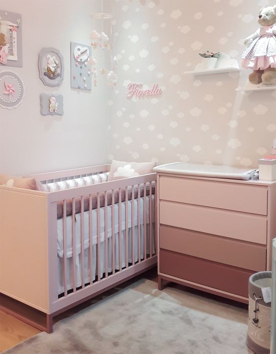 Quarto de bebê pequeno em tons claros