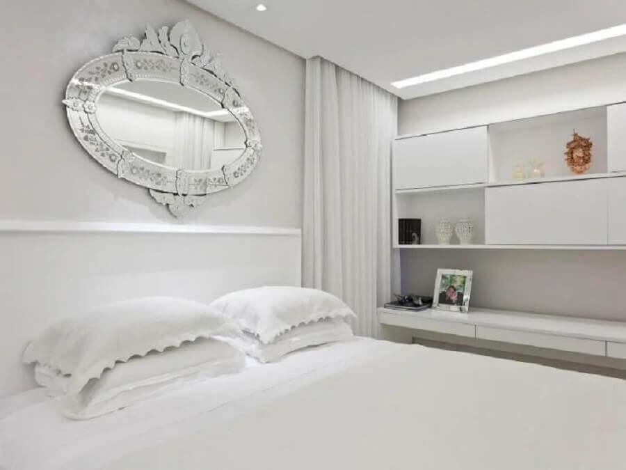 quarto de casal decorado com espelho para parede branca Foto Flávio Moura