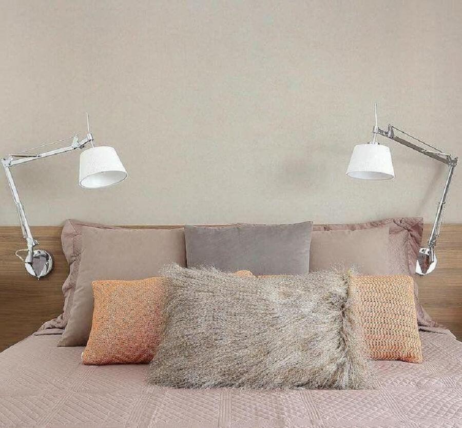 quarto decorado com luminária articulável de cabeceira para leitura Foto Futurist Architecture