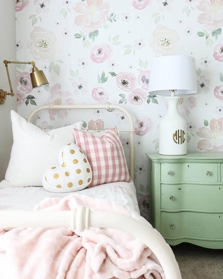 quarto feminino decorado com papel de parede floral e cômoda retrô verde candy colors Foto Pinterest
