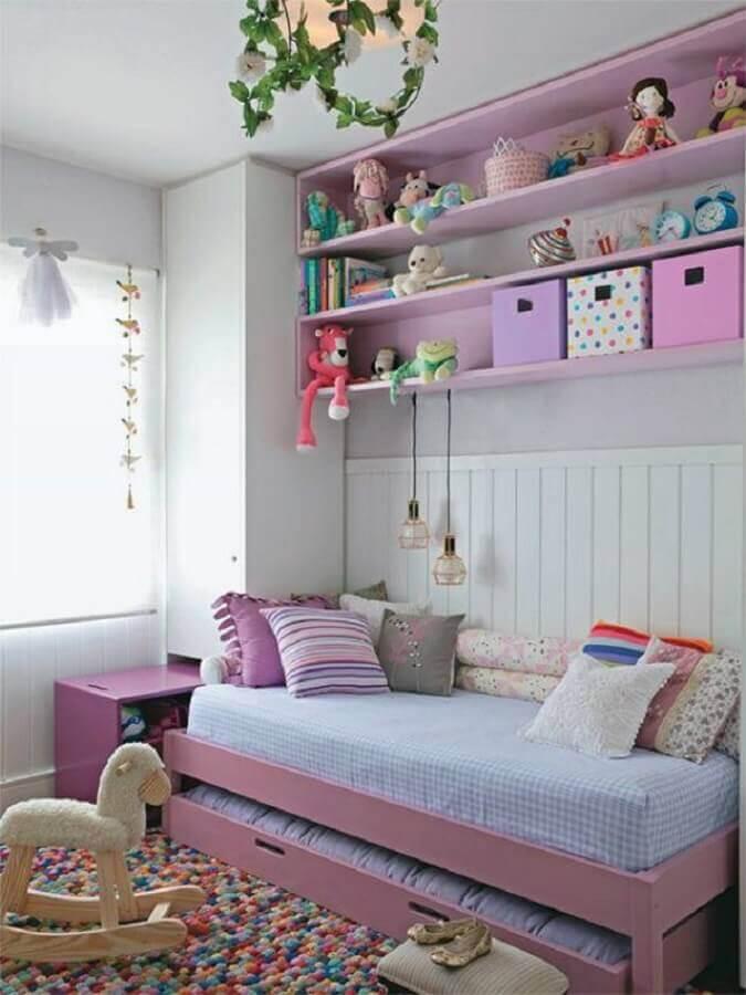 quarto infantil pequeno decorado com tapete colorido e bicama Foto Pinterest