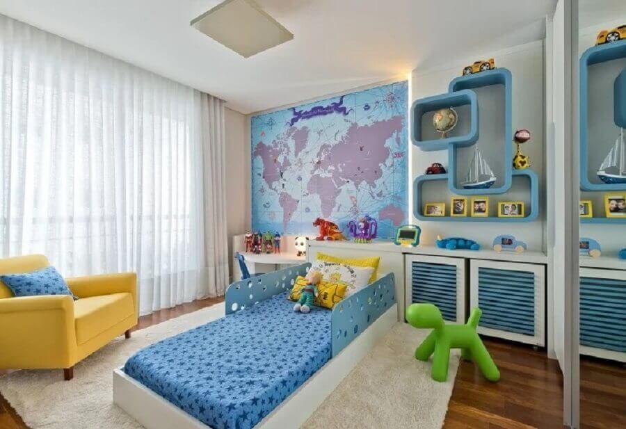 quarto infantil sob medida com poltrona amarela e papel de parede de mada Foto Leonardo Muller