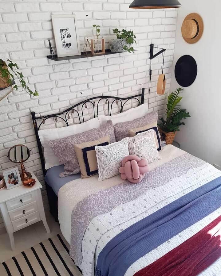 quarto simples decorado com cama de ferro e papel de parede tijolinho branco Foto Jeito de Casa