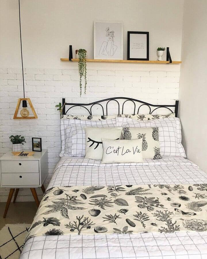 quarto simples decorado com cama de ferro e parede de tijolinho branco Foto Érica Novaes