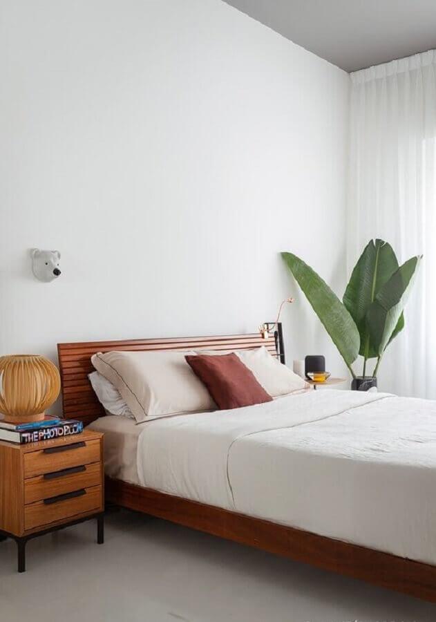 quarto simples decorado com parede branca e vaso de planta grande Foto Histórias de Casa
