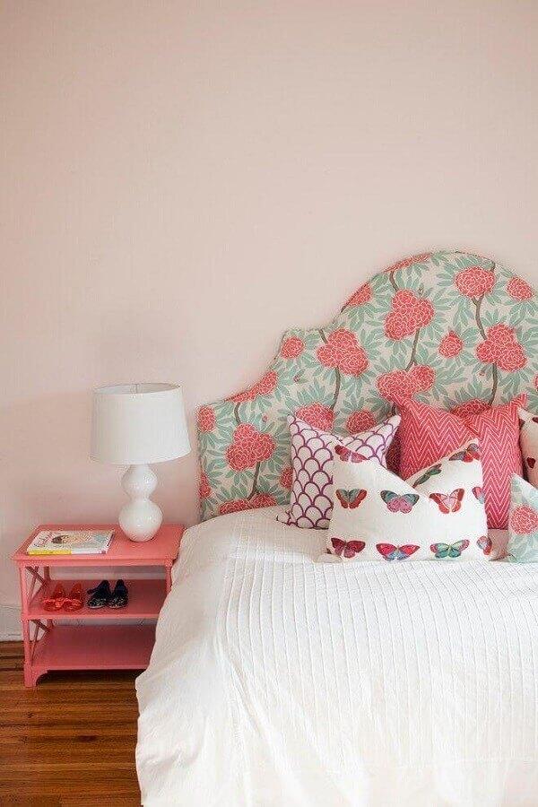 quarto simples decorado com rosa candy colors tinta e cabeceira estampada Foto Pinterest