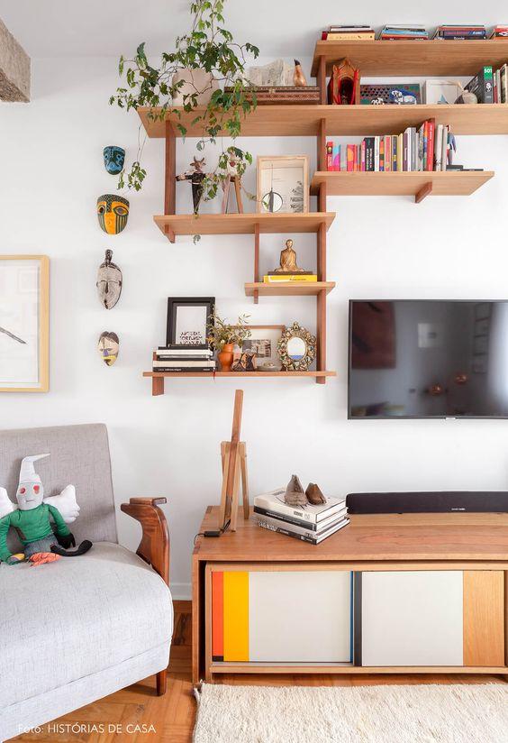 Sala retrô e colorida com nichos de madeira