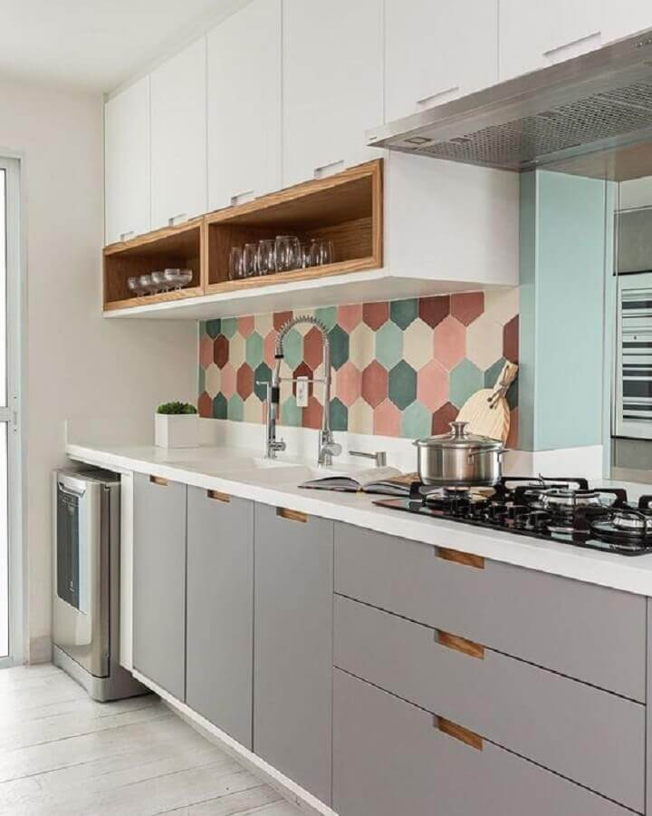 revestimento colorido para decoração de cozinha sob medida pequena Foto Apartment Therapy