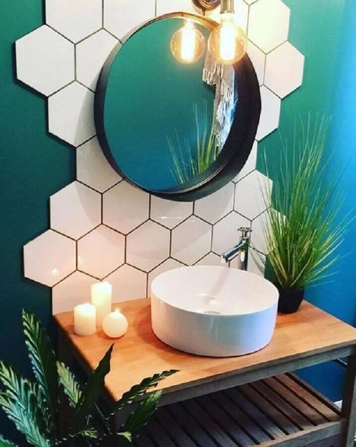 revestimento hexagonal branco para decoração de banheiro com parede verde  Foto Simples Decoração