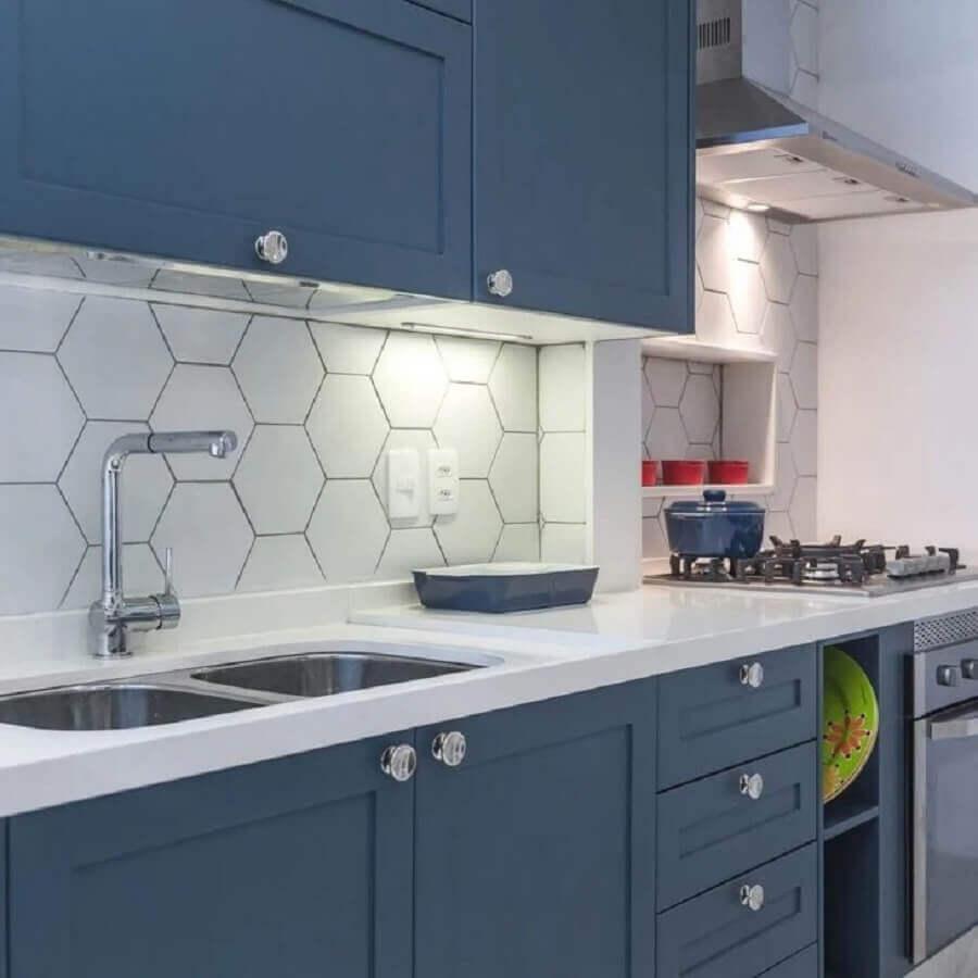 revestimento hexagonal branco para decoração de cozinha com armários azuis Foto Jeito de Casa