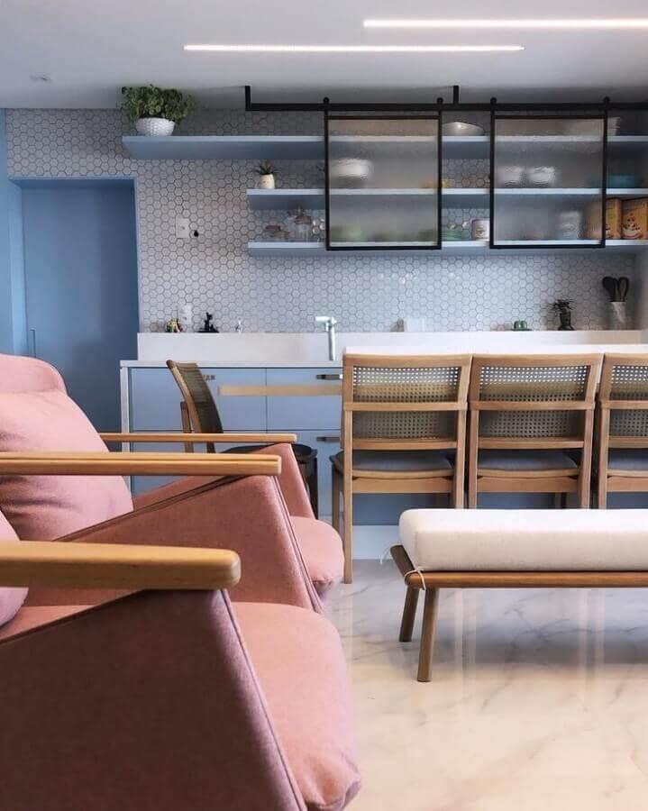 revestimento hexagonal cinza para cozinha integrada  Foto Archduo Arquitetura