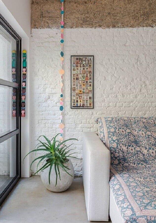 revestimento tijolinho branco rústico para sala com sofá cinza e piso de cimento queimado Foto Histórias de Casa