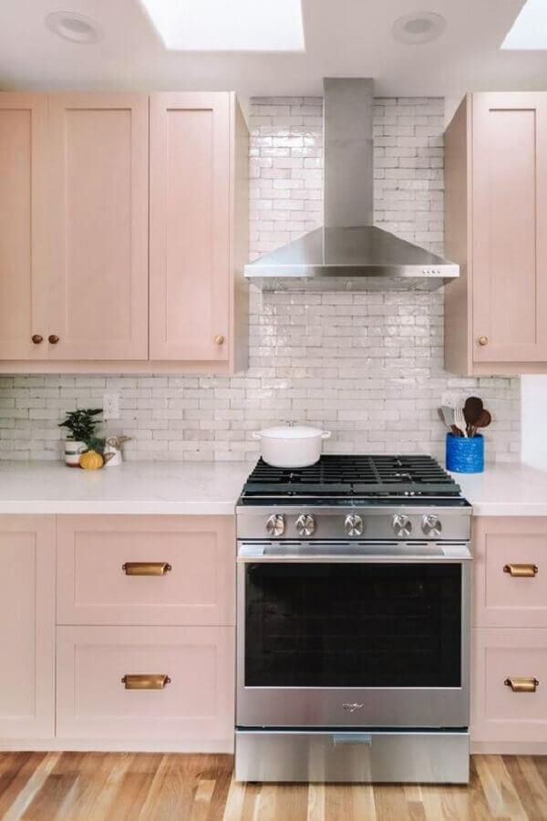 rosa candy colors para cozinha planejada com estilo retrô Foto Apartment Therapy