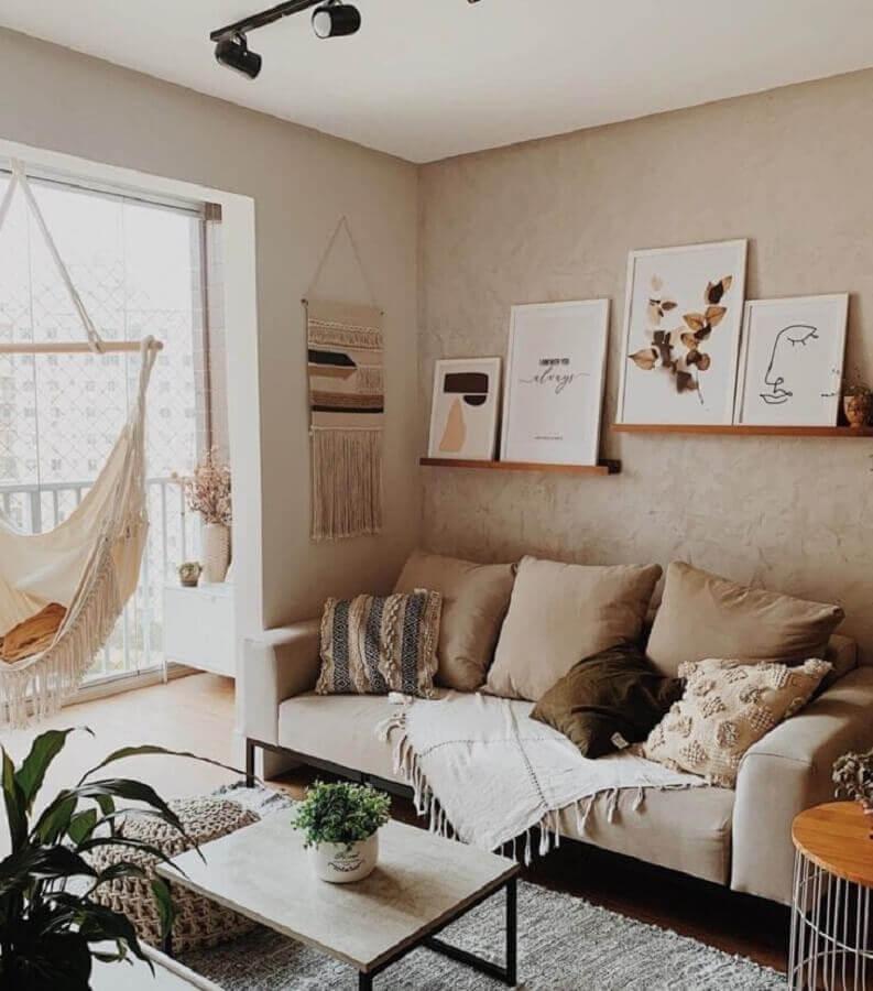 sala bege decorada com prateleira para quadros de madeira Foto Apê 801