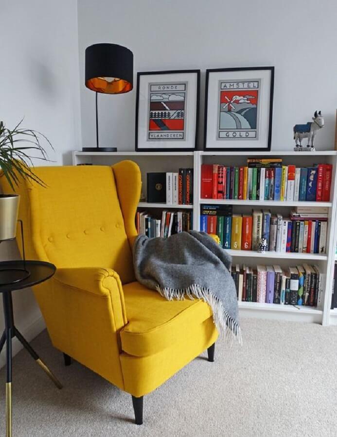 sala branca decorada com luminária para leitura de livros e poltrona amarela Foto Pinterest