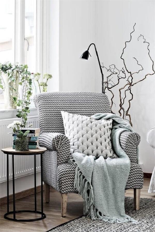 sala branca decorada com poltrona confortável e luminária pequena para leitura Foto Bloguettes
