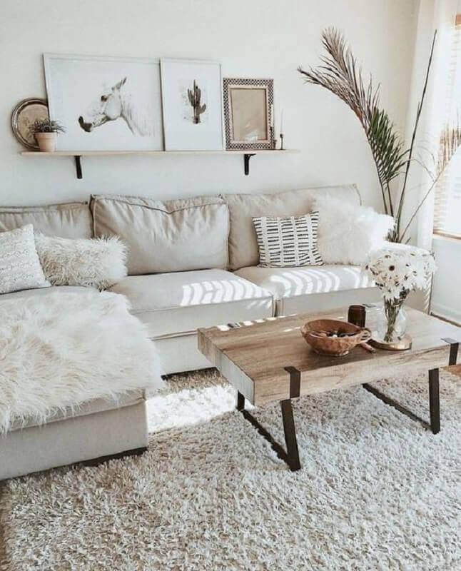 sala branca decorada com tapete felpudo e mesa de centro industrial Foto Pinterest